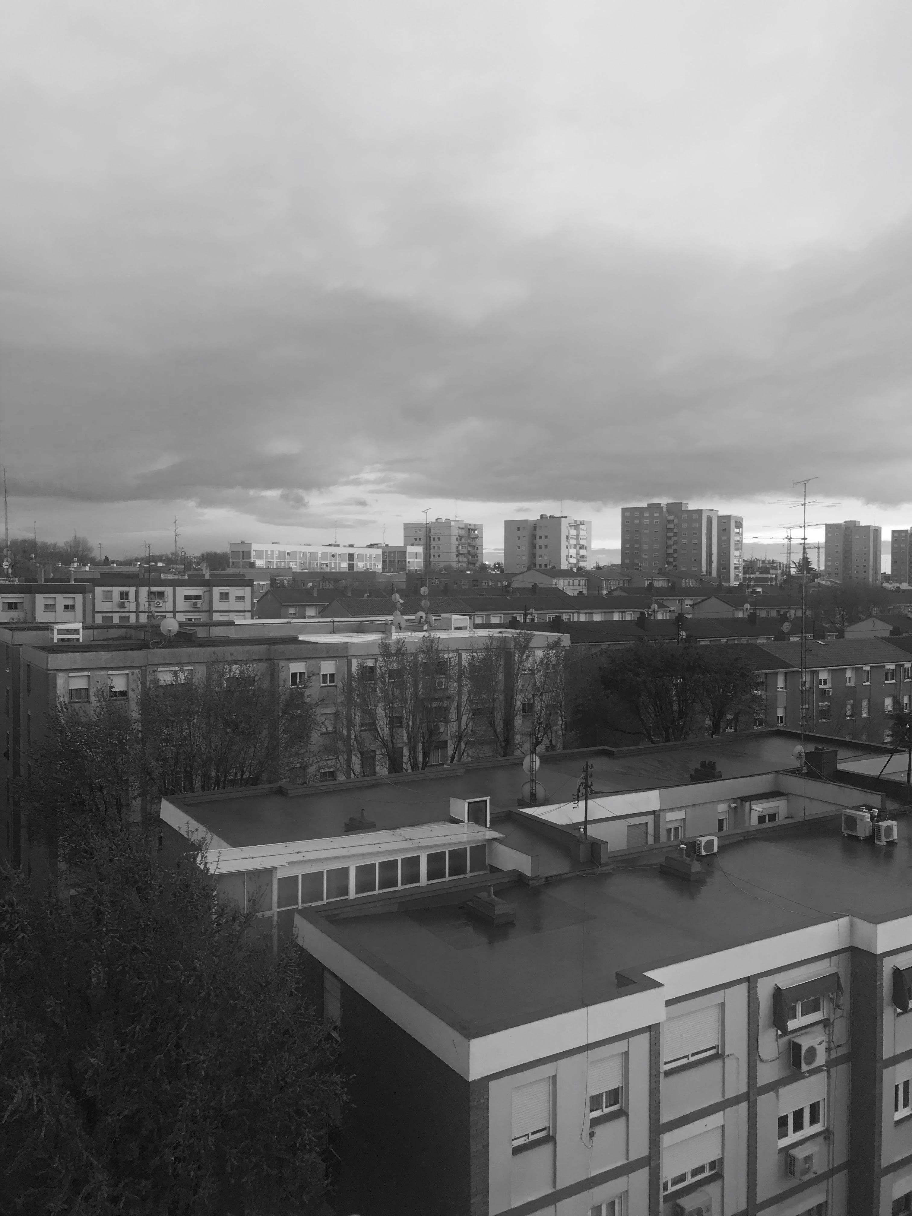 imagen de un barrio de una ciudad con el cielo nublado