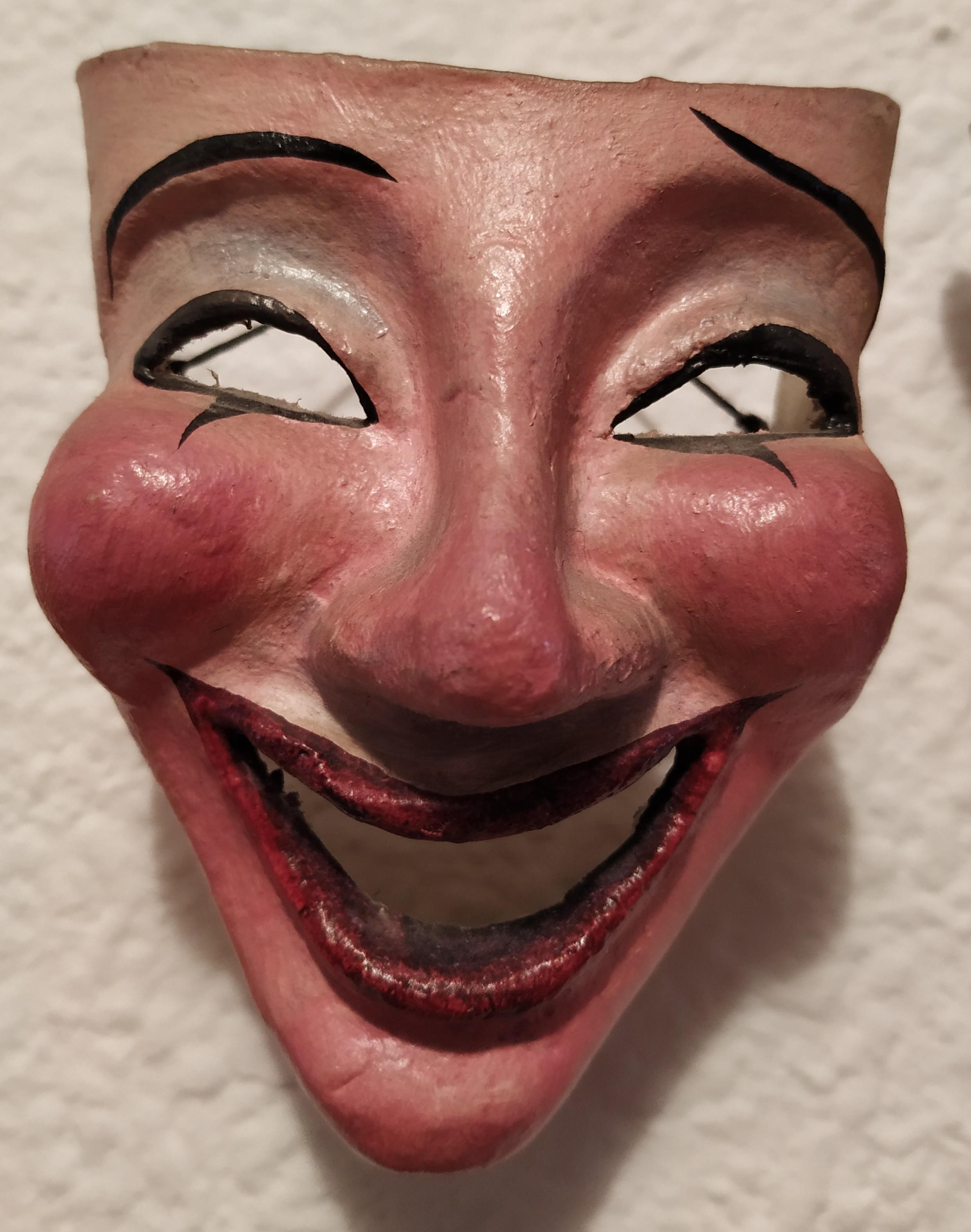 Máscara griega de teatro, sonriendo